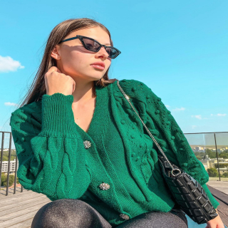 Sezóna svetríkov pomaličky začína🍁 v našich novinkách nájdeš tento krásny svetrík, ktorý si určite zamiluješ.  nájdeš na našom webe www.allora.sk www.allora.cz  •  •  #greenstyle #green #autumn #fall #falloutfit #autumnootd