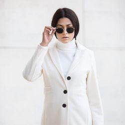 WHITE vibes 🖤 Kabát  Komplet ============================== #whitecoat #white #whiteonwhite #ALLORA #alloragang #slovensko #italianfashionstore #instalook #instalove #instafashion #instashop #nitra #slovenky